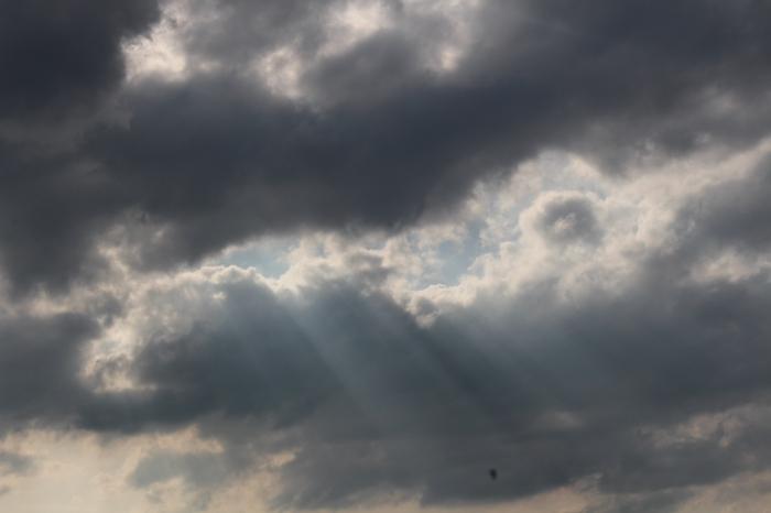 Sonnenstrahlen dringen durch die Wolkendecke